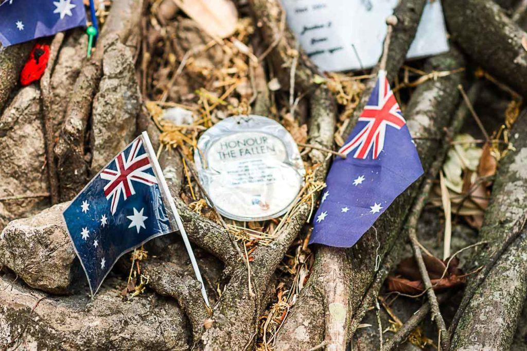 Detalhes das bandeiras e cartas foram deixados no cemitério da guerra.