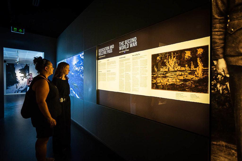 Turistas visitando o Museu da Guerra JEATH em Kanchanaburi na Tailândia.