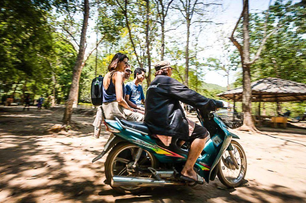 Turistas viajando em um tuk-tuk no Parque Nacional de Kanchanaburi.