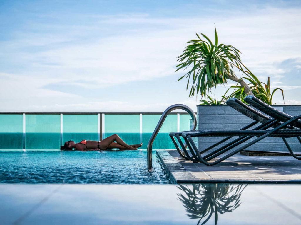 Descubra como chegar em Pattaya saindo de Bangkok e outras cidades da Tailândia. Em Pattaya, você encontrará hotéis sofisticados como o desta foto, belas praias e uma animada vida noturna.