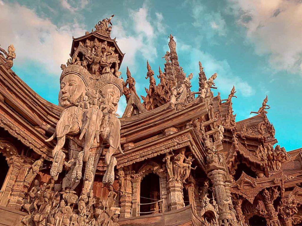 Com a gente você vai descobrir como chegar em Pattaya saindo de Bangkok e outras cidades turísticas da Tailândia, com belos templos como este.