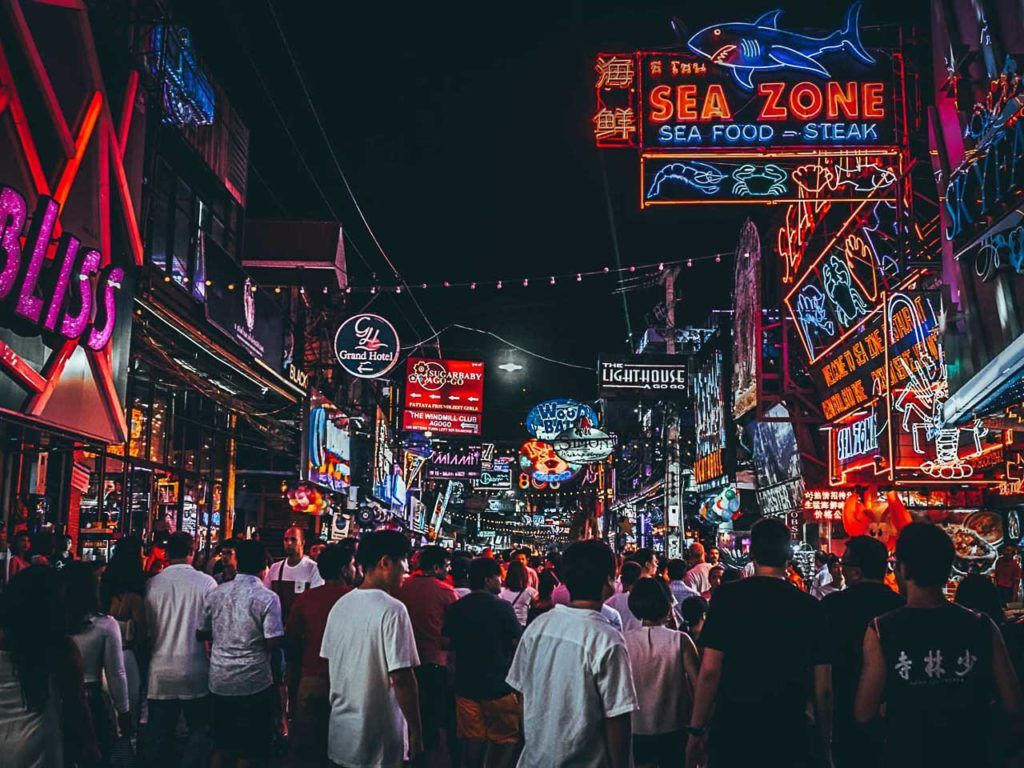 Descubra como chegar em Pattaya para que você possa conhecer sua interessante cena de bares e baladas.