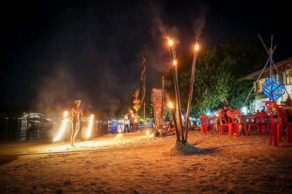 Para uma ilha tão pequena, há muito o que fazer em Koh Lipe a noite.