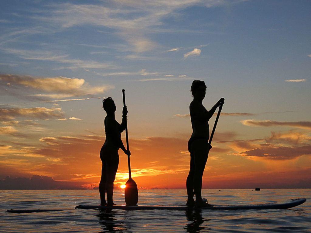 Uma sessão de SUP é uma ótima maneira de apreciar o pôr do sol na praia Sairee Beach, em Koh Tao.