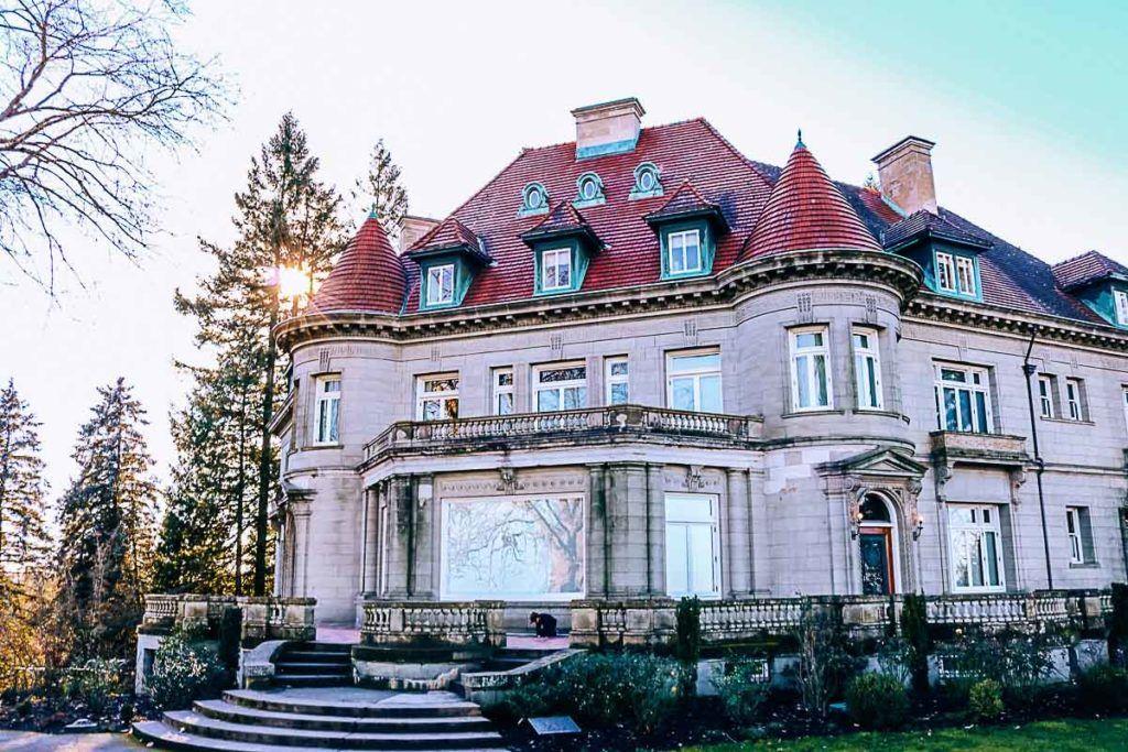 Inclua nos seus custos de viagem para Portland uma visita à Pittock Mansion, um castelo de estilo francês no pico das West Hills of Portland.