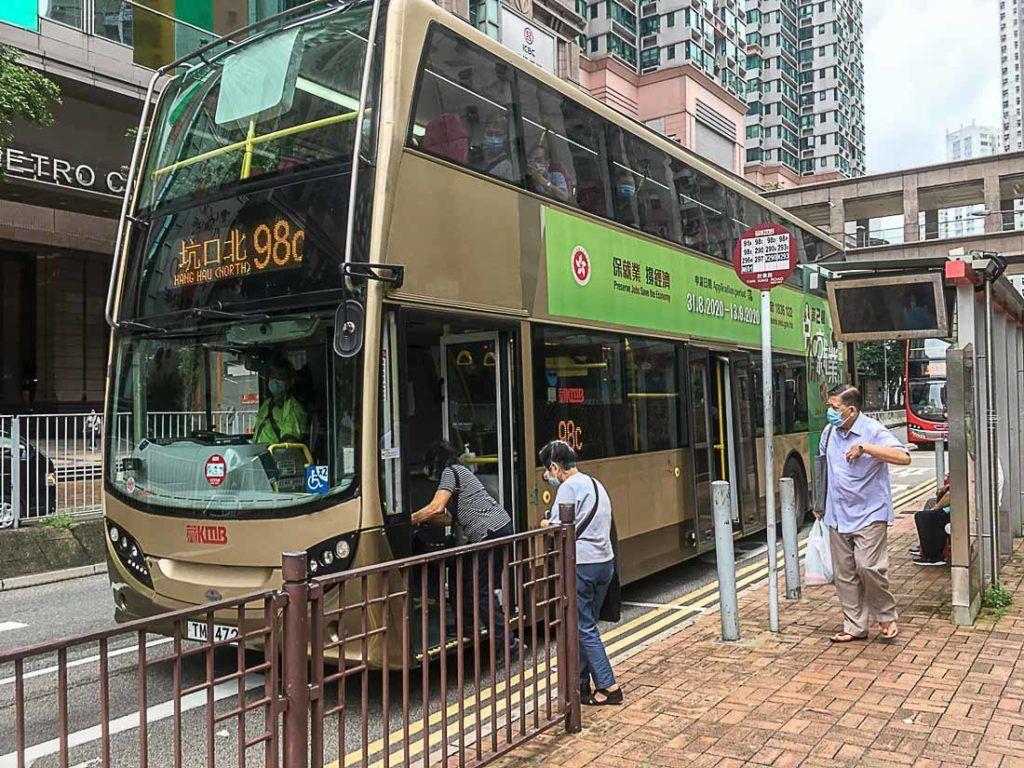 Ônibus são um meio de transporte bem comum e que não custa muito em Hong Kong. É usado especialmente entre os moradores locais.