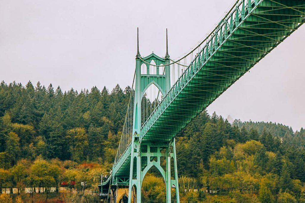 A ponte St. Johns atravessa o rio Willamette, em Portland, Oregon.