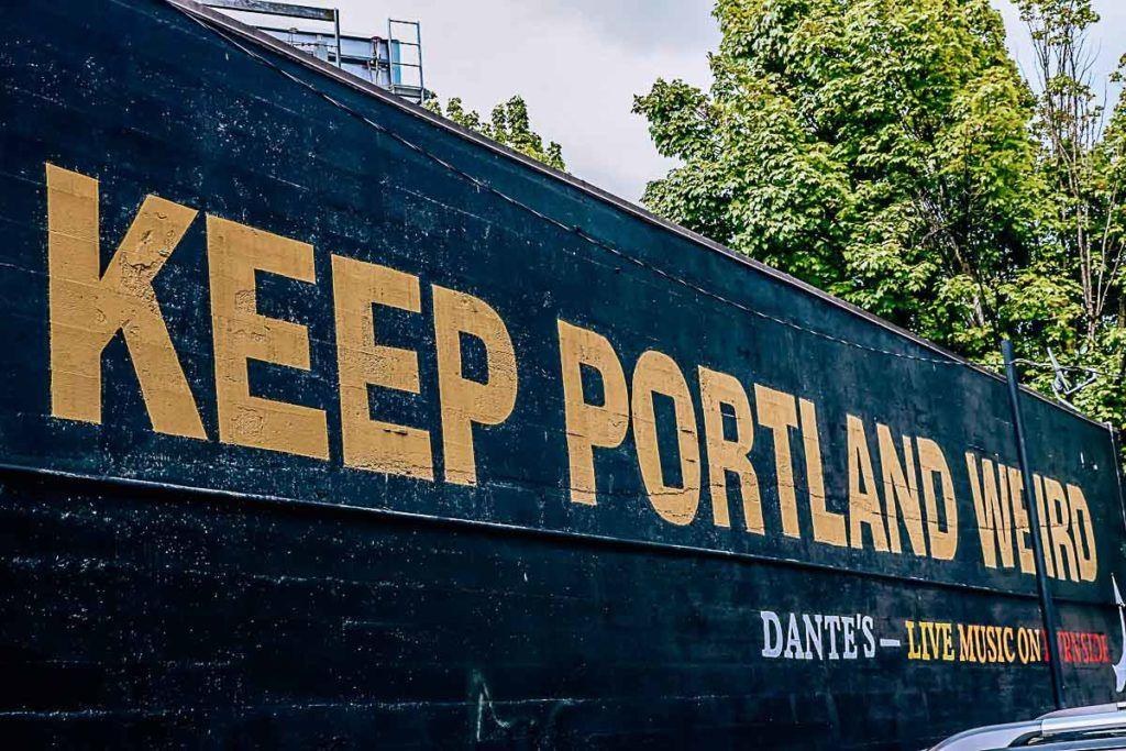 Keep Portland Weird é um slogan popular da cidade para apoiar as empresas locais de Portland, Oregon.