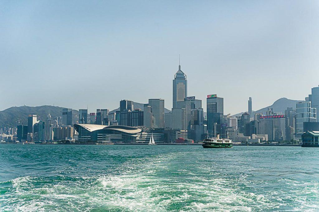 Victoria Harbour separa a ilha de Hong Kong no sul da Península de Kowloon no norte.