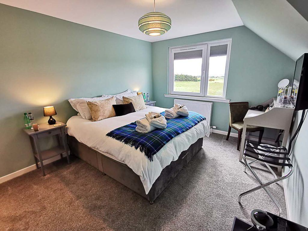 A hotel room in the UK. Discover here what the cost to travel to the UK is and so much more.