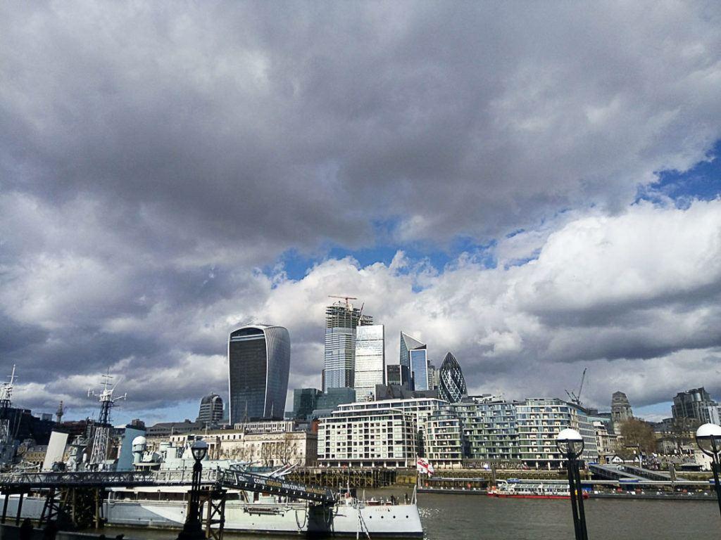 O horizonte de Londres durante o dia. Todos os custos de uma viagem para o Reino Unido neste guia de viagem completo.