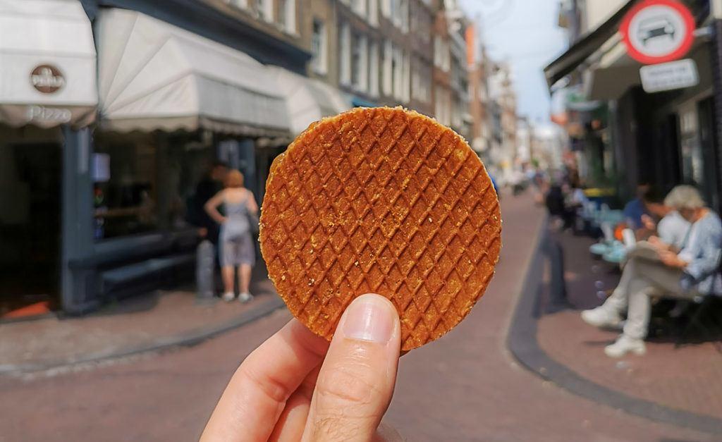 Um stroopwafel nas ruas de Amsterdam. Encontre aqui toda informação que você precisa saber sobre quanto custa uma viagem a Amsterdam.