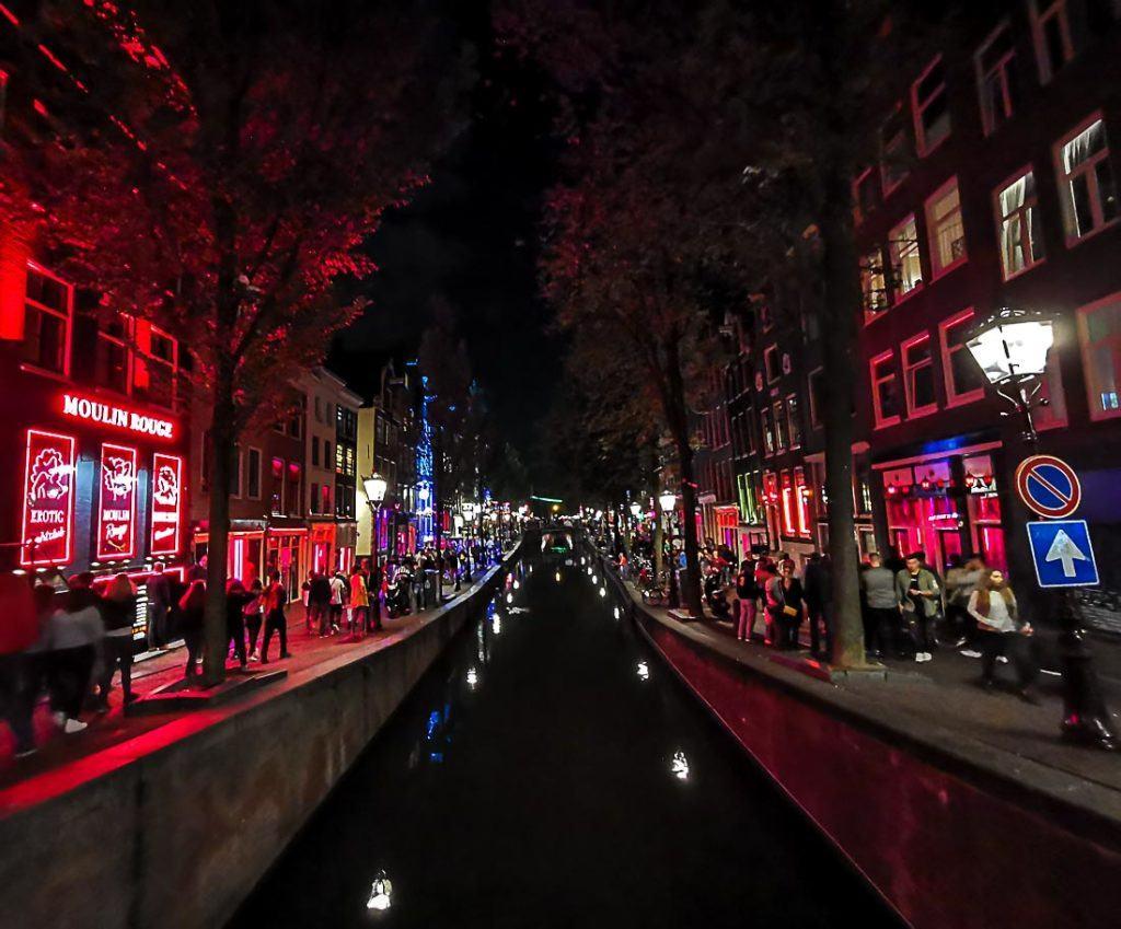 A vida noturna nas ruas de Amsterdam. Planeje seus gastos de viagem para Amsterdam com as dicas desse guide.