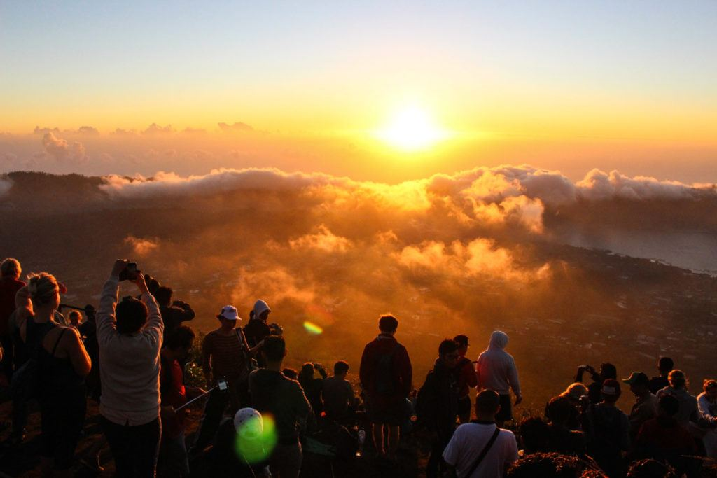 Nascer do sol do topo do Monte Batur. Descubra todos os preços das atividades e passeios em Bali neste artigo.