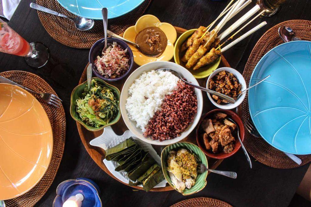 Uma mesa Balinesa com vários pratos típicos. Comida típica Balinesa é boa e barata.
