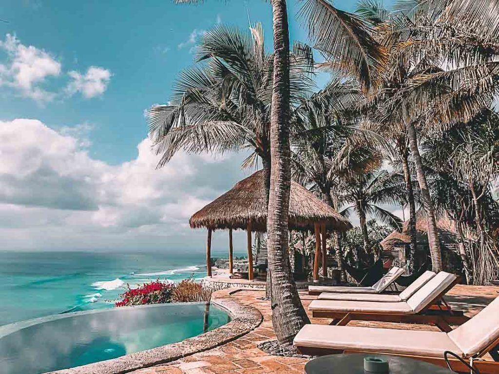 Hotel na beira mar em Bali com piscina de borda infinita. Encontre todas as informações sobre Bali através deste guia de preço de viagem.