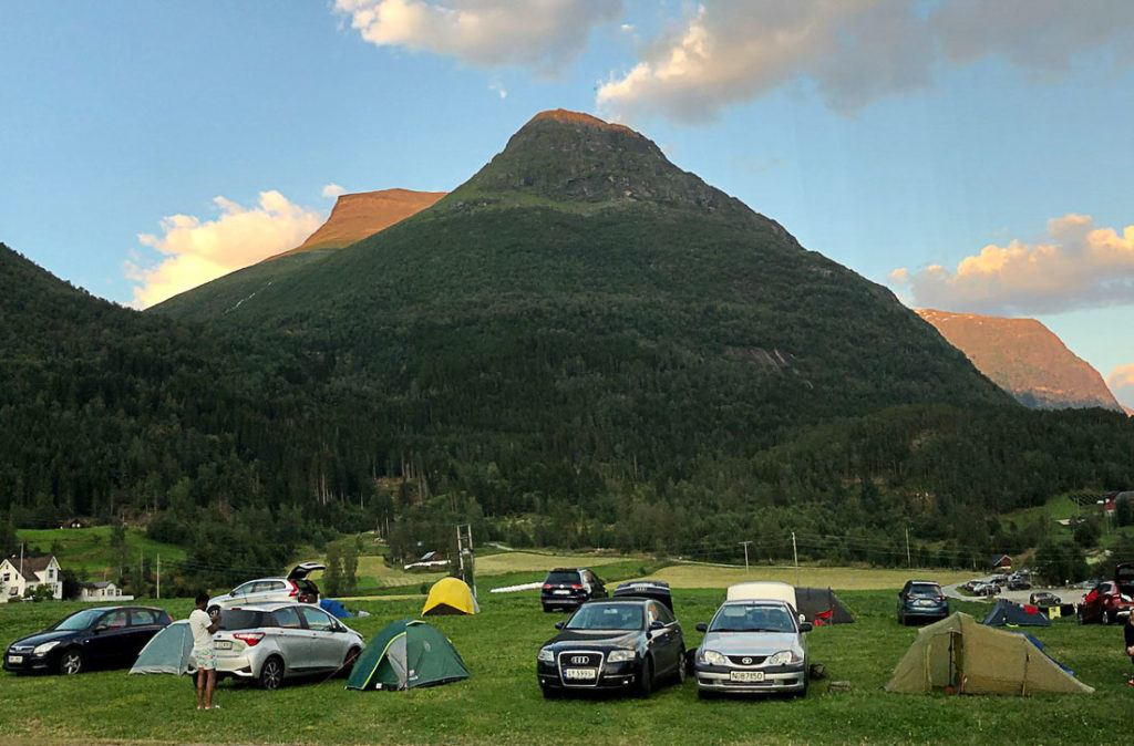 Um camping na Noruega com uma montanha de fundo. Leia este artigo para aprender tudo sobre os custos de acomodação e preços de hotéis na Noruega.