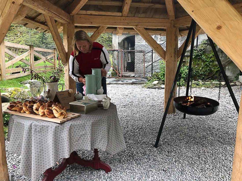 Uma mesa com comidas e bebidas Norueguesas. Descubra aqui os preços das comidas e bebidas na Noruega.