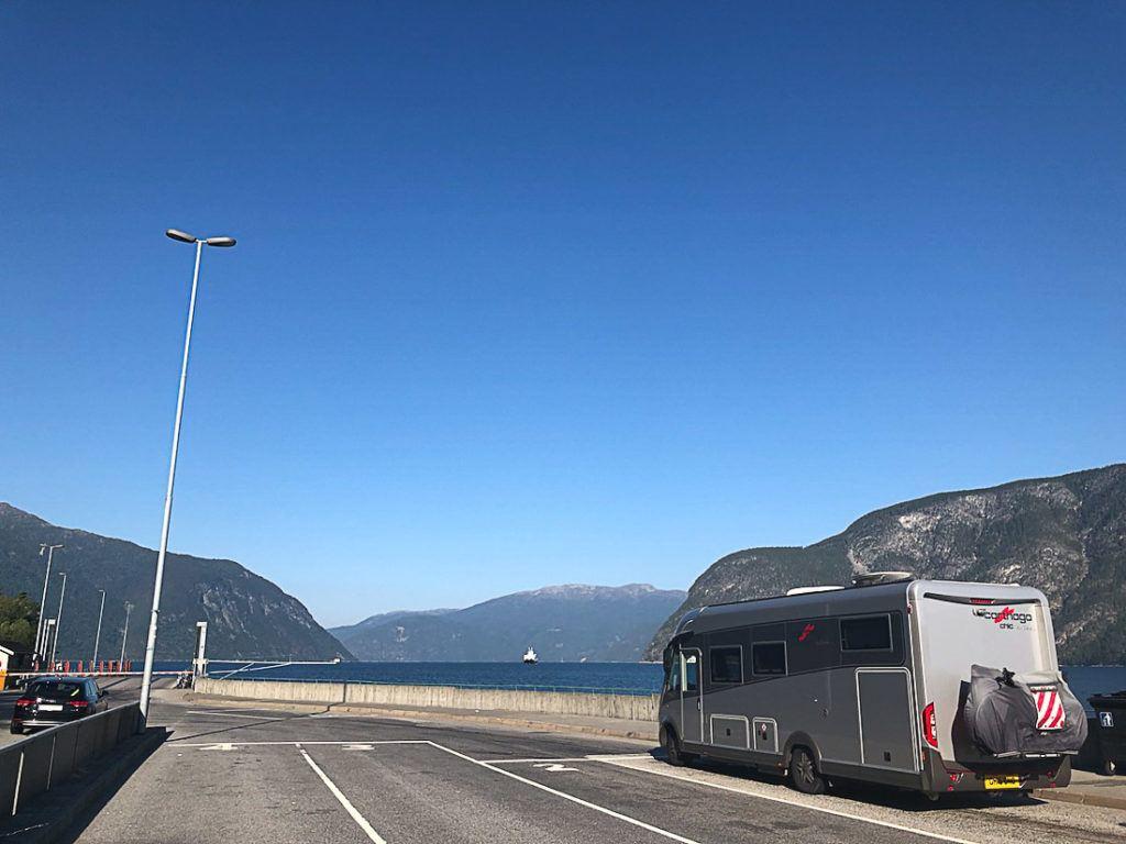 Um motorhome dirigindo nas rodovias da Noruega. Descubra aqui como planejar uma viagem de carro na Noruega.